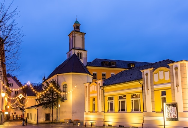 Feldkirch- 오스트리아에있는 성 요한 교회가있는 marktplatz 광장
