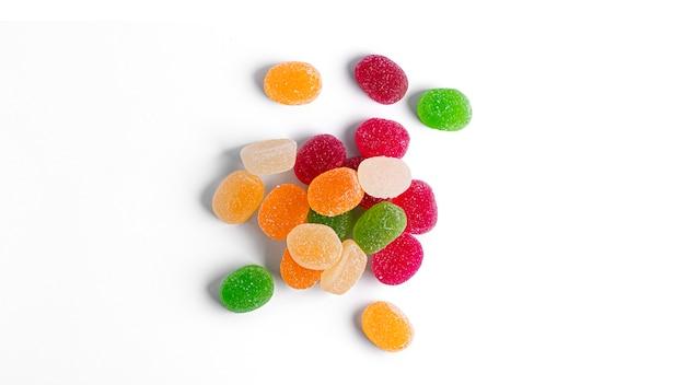 Изолированные мармеладные конфеты.