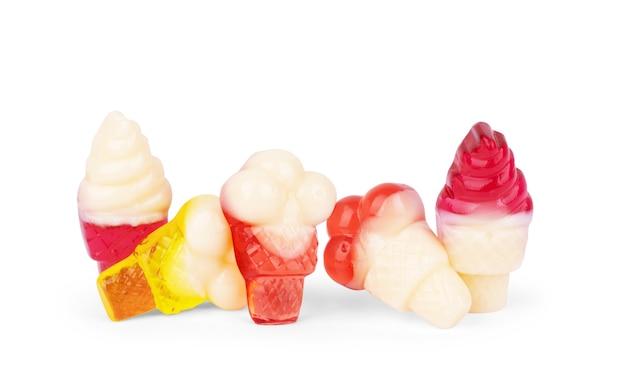 Мармелад в виде мороженого на белом фоне