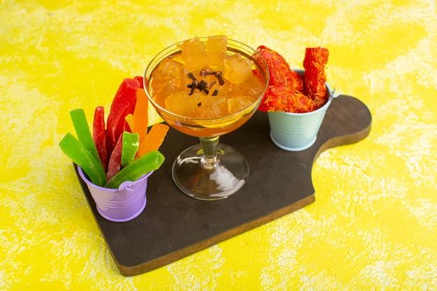 Marmellate e gelatine insieme al torrone sul giallo