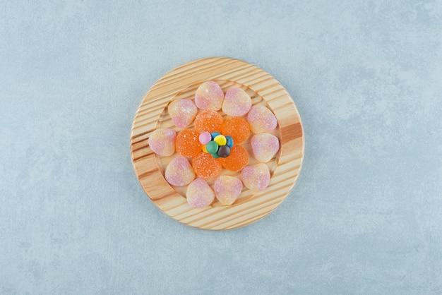 Marmelades와 대리석 접시에 사탕 몇 조각.
