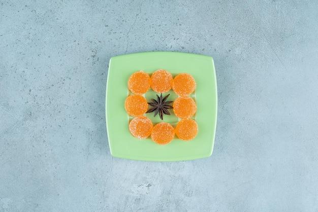 Marmellate intorno all'anice su un piatto di marmo.