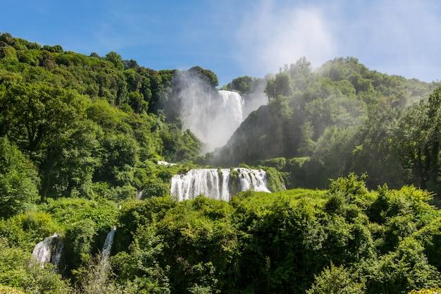 イタリア、ウンブリア州のマルモア滝、カスカタデッレマルモア。世界で最も高い人工の滝。
