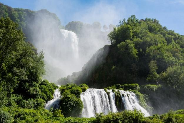 イタリア、ウンブリア州のマルモレ滝、マルモレ滝。世界で最も高い人工の滝。