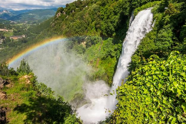 イタリア、ウンブリアのマルモレ滝、マルカモア滝。世界で最も高い人工の滝。