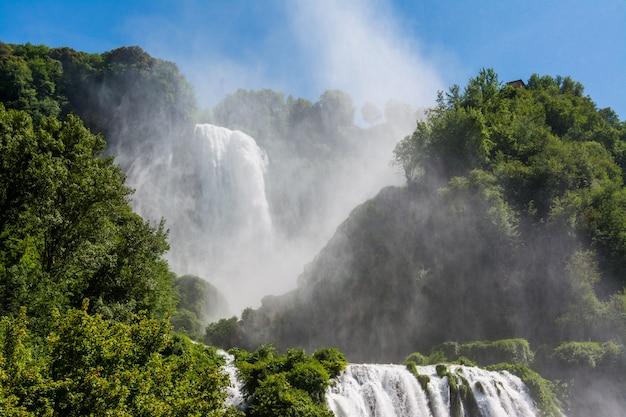 イタリア、ウンブリアのマルモレ滝、マルカモア滝。