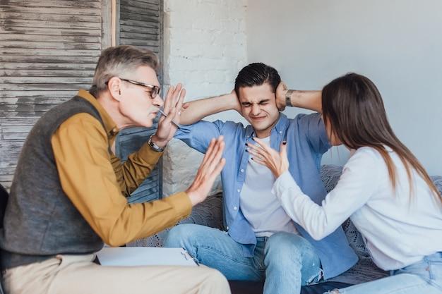 心理学者に耳を傾けるmarriade思慮深いカップル