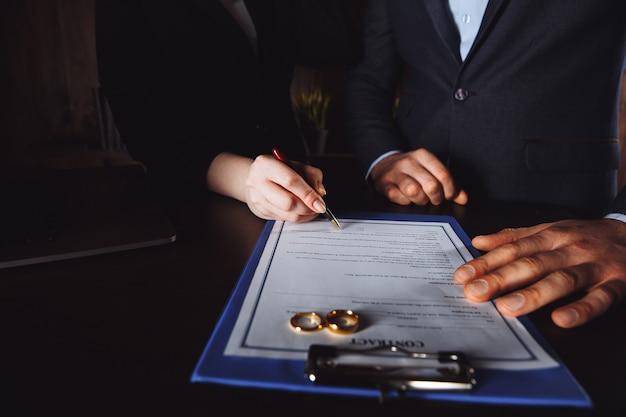 結婚契約サインのコンセプト。男性と女性の署名文書。