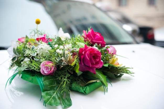 Свадебный букет с цветами розовых роз и свадебным букетом