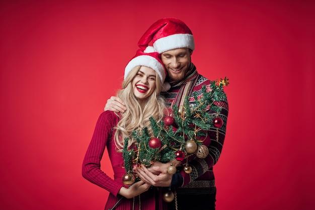 夫婦のクリスマスツリーのおもちゃの装飾の分離された背景