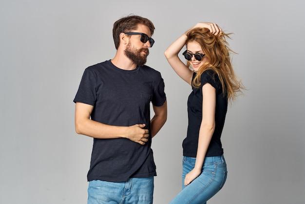 サングラスの明るい背景を身に着けている夫婦の友情コミュニケーションロマンス。高品質の写真
