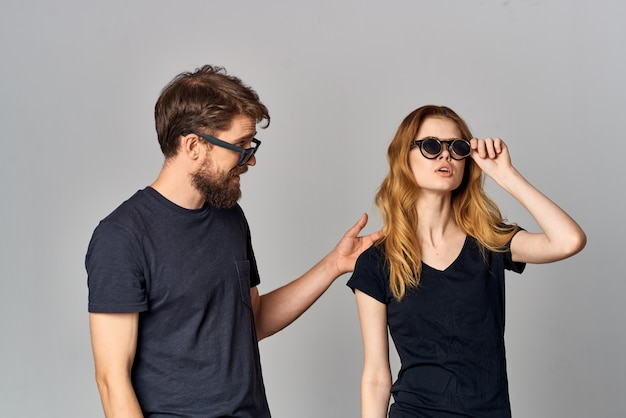 サングラススタジオライフスタイルを身に着けている夫婦の友情コミュニケーションロマンス。高品質の写真