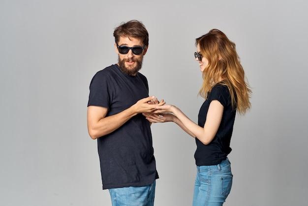 サングラススタジオライフスタイルを身に着けている夫婦の友情コミュニケーションロマンス