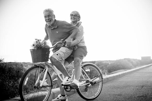夫婦が同じ自転車で旅行を楽しむ
