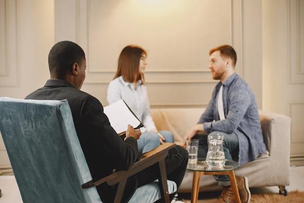 彼らの関係に問題を抱えている夫婦。彼らはアドバイスのために心理学者に出席しています。