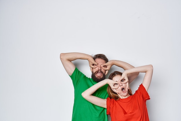 부부 포옹 우정 다채로운 티셔츠 가족 밝은 배경