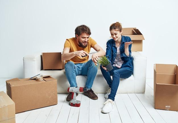 움직이는 상자와 소파에 아파트에서 부부