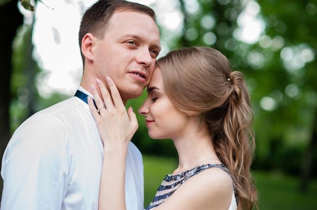Супружеская пара гуляет и обниматься в парке.