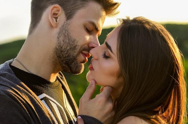Супружеская пара, целующаяся, занимающаяся любовью в медовый месяц, целующаяся пара портрет нежный великолепный поцелуй