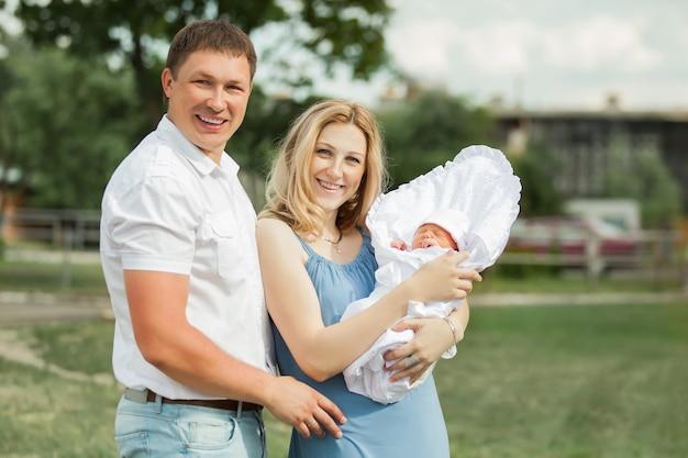 그들의 신생아를보고 부부
