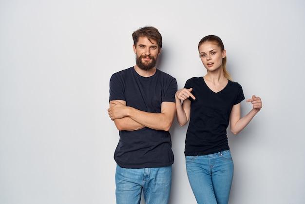 Супружеская пара, общаясь вместе, позируя образ жизни студии моды