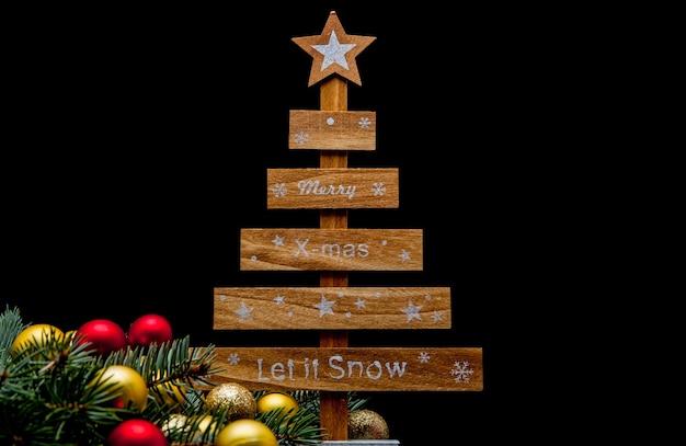 С рождеством и новым годом 2019 макет. черный фон украшен числами 2019, елочными игрушками и елкой.