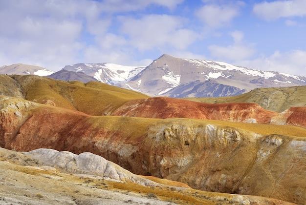 アルタイ山脈の火星色とりどりの粘土が露出した川のテラスの斜面