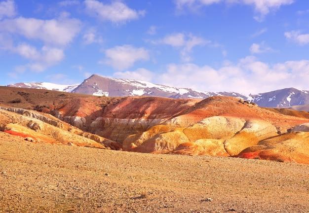 알타이 산맥의 화성 다채로운 점토가 노출된 강 테라스 경사면