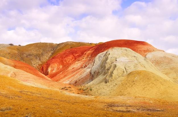 알타이 산맥의 화성은 다채로운 노출과 함께 강 테라스의 경사면