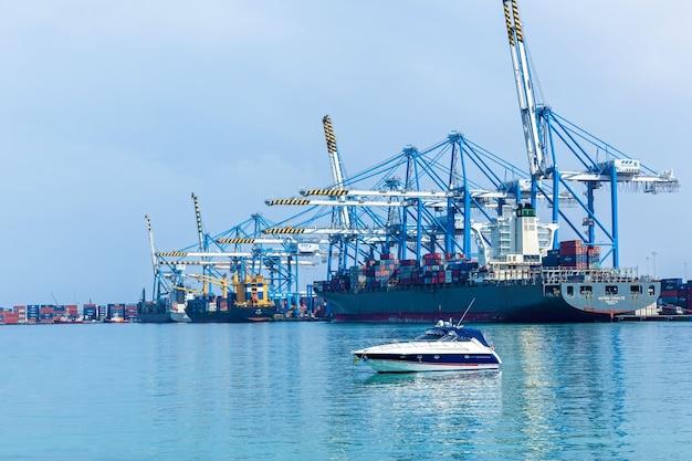 マルタ、マルサシュロック2019年6月17日:マルタ島のフリーポートターミナルビルにあるコンテナ港と貨物船積み込みプラント。