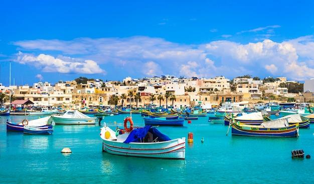マルタの伝統的なカラフルな漁船ルズのあるマルサシュロック村