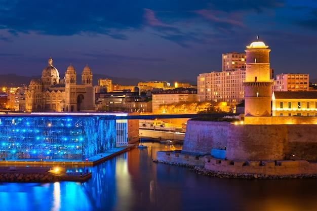마르세유 구 항구와 밤 프랑스의 생장 요새