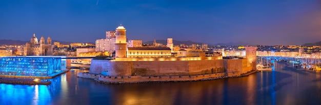 マルセイユの古い港と夜のフランスのサンジャン砦