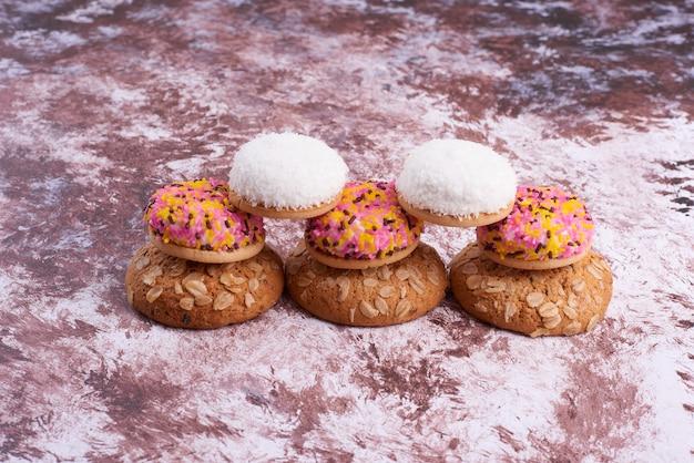 Зефирное и овсяное печенье на мраморе.