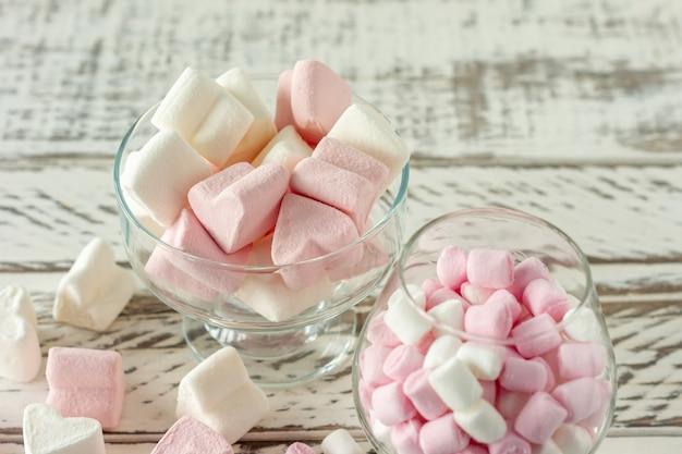 マシュマロ。マシュマロのクローズアップカラフルな歯ごたえのあるキャンディーのクローズアップ。甘いもののデザート。