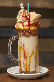 Молочный коктейль с зефиром и взбитыми сливками, печеньем, вафлями, лакомствами