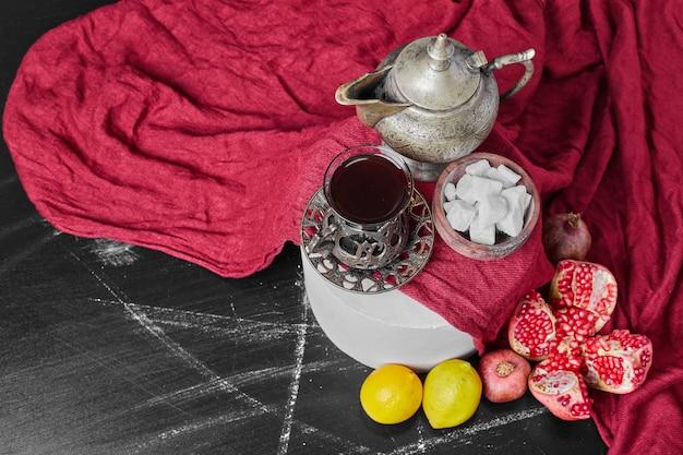 お茶と赤いタオルの上にマシュマロ。