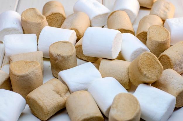 白い表面にマシュマロの白とコーヒーの色