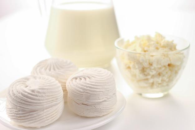 白地にマシュマロと乳製品