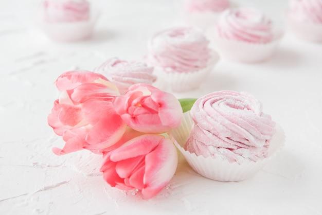 Зефир и розовые цветы тюльпанов