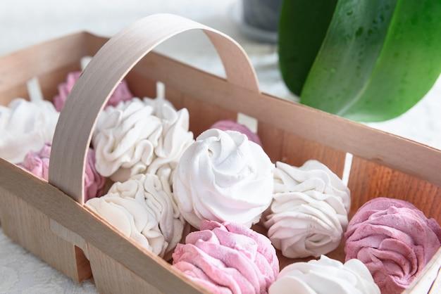 Зефир ручной работы бело-розовый в подносе из плетеной лозы, кружево.