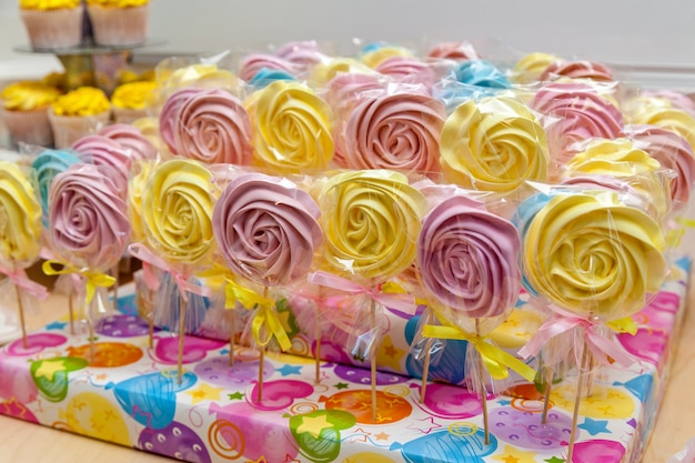 아름다운 휴가 패키지에 담긴 마시멜로, 머핀, 사탕. 케이터링 스위트 테이블