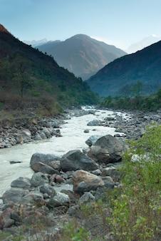 Marsyangdi川、チベットの谷を通過します。