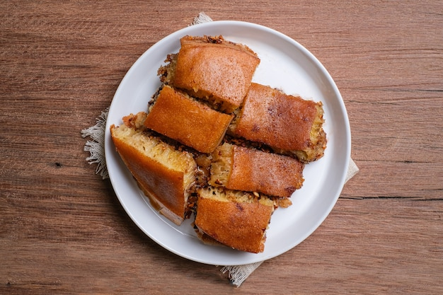 Martabak manis는 구운 땅콩과 초콜릿으로 속을 채운 인도네시아식 달콤한 팬케이크입니다.