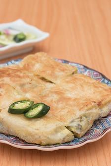 Martabak 또는 murtabak는 아랍 음식 인 박제 팬케이크입니다.