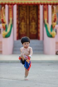 Боевые искусства муай-тай, тайский бокс таиланд, открытый портрет милый мальчик.