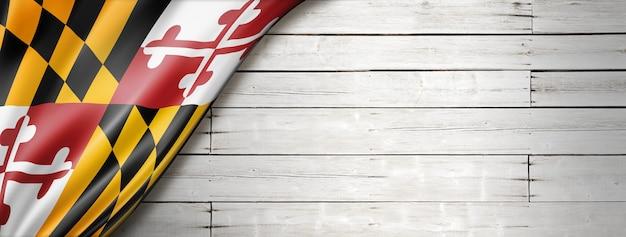 白いウッドの背景、米国のメリーランド州の旗。 3dイラスト