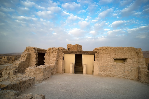 Масада - древняя крепость у юго-западного побережья мертвого моря в израиле. рядом с городом арад, на шоссе эйн-геди эйн-бокек.