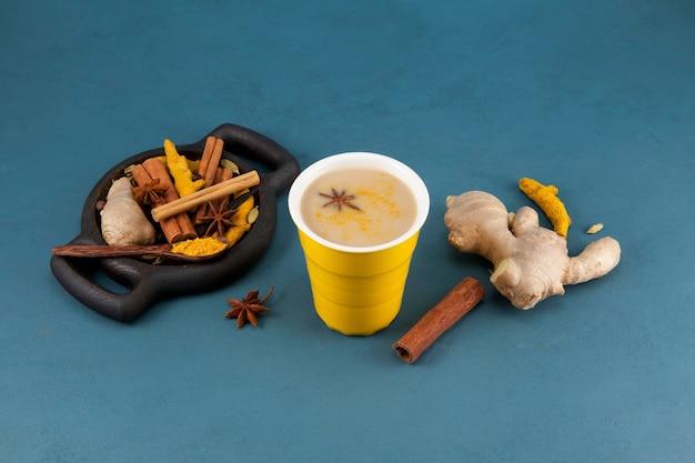 黄色いセラミックカップのマサラチャイ
