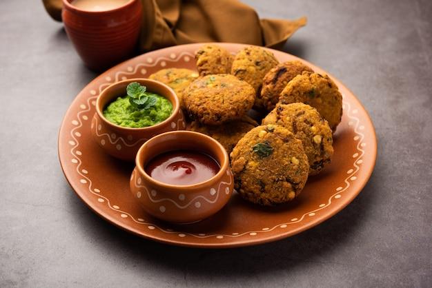 マサラチャナダルバダまたはパリプまたはパルップバダイは、マハラシュトリアンとケララのティータイム揚げスナックレシピです。プレートでお召し上がりいただけます